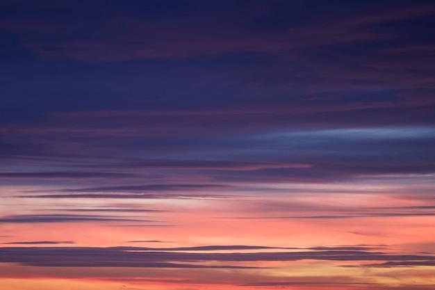 日没前の空が青、ピンク、オレンジ色になり、背景