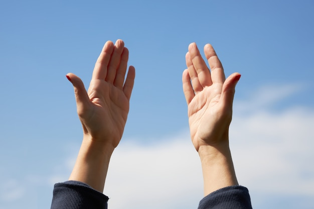 Женщина вскинула руки и просит бога дать здоровье ее любимому