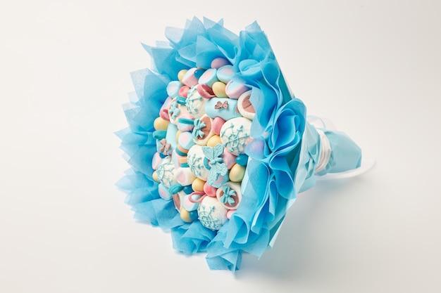 Невероятно букет из разноцветных зефиров, сладостей