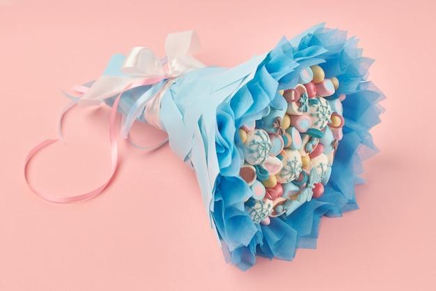 Вкусный букет из разноцветных зефиров и других сладостей
