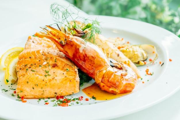 サケと他の肉を混ぜたグリルシーフードステーキ