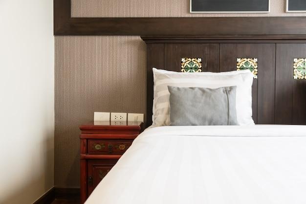 ベッド上の快適な枕
