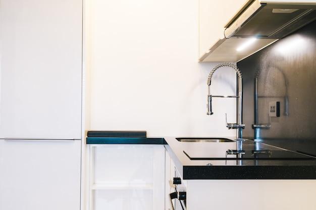 Смеситель и раковина в кухонной комнате