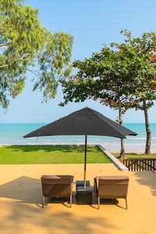 海とビーチに近い傘と椅子