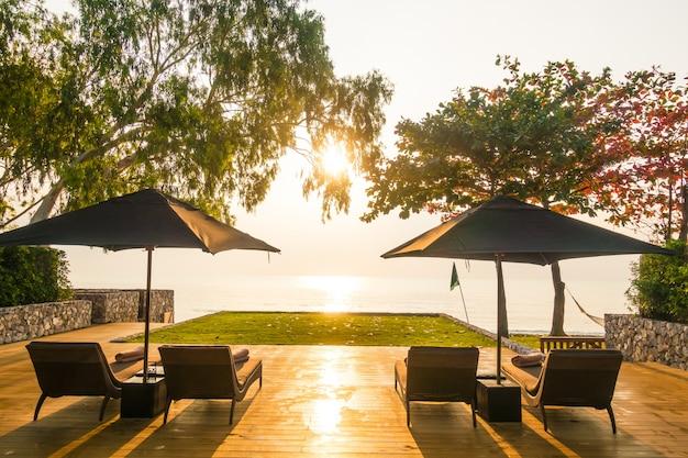 ビーチと海に近い傘と椅子