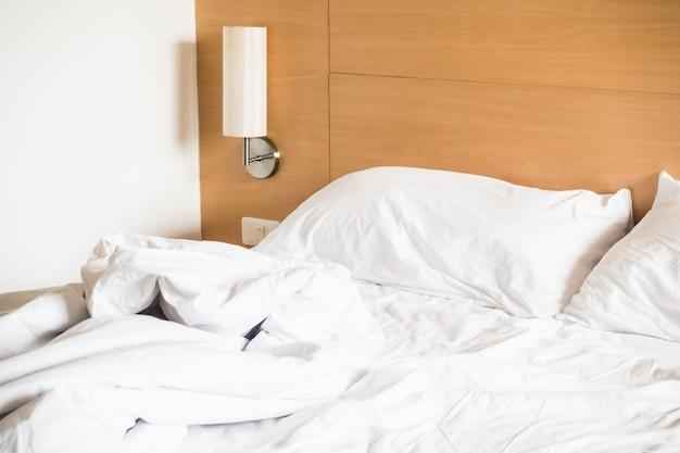 ホワイト整えられていないベッド
