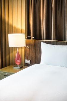 Чистая комната с зажженной лампой