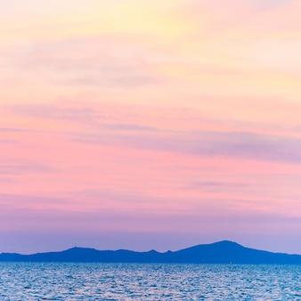 ピンクの空と山のシルエット