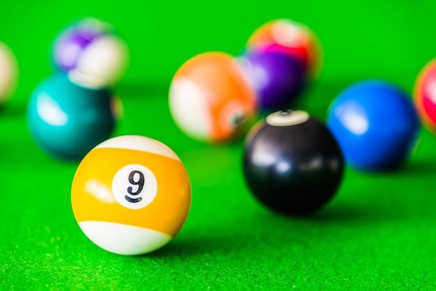 黄色と白のプールのボールのクローズアップ