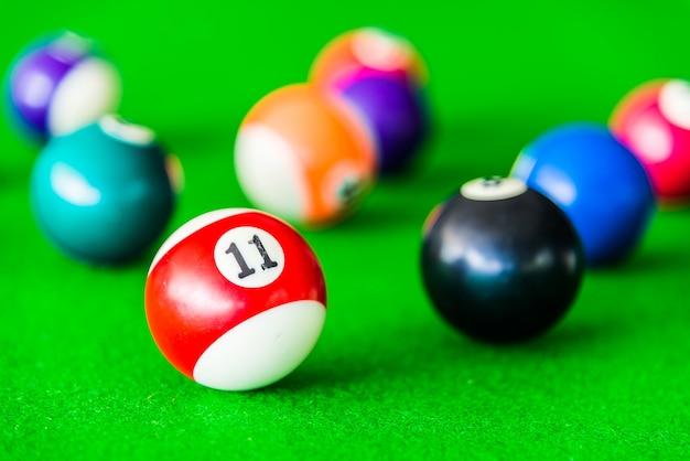 黒のボールの横に赤と白のプールのボール