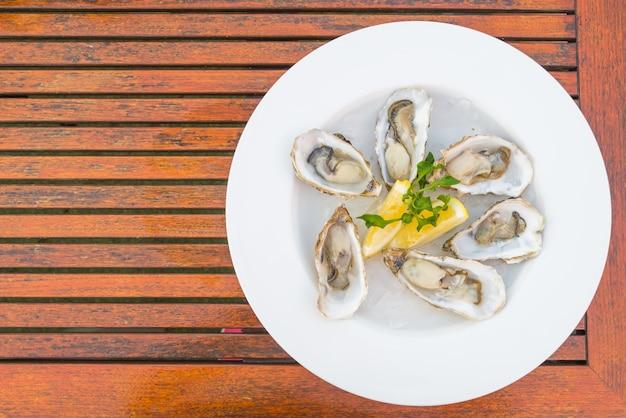 新鮮な牡蠣と皿の上から見た図