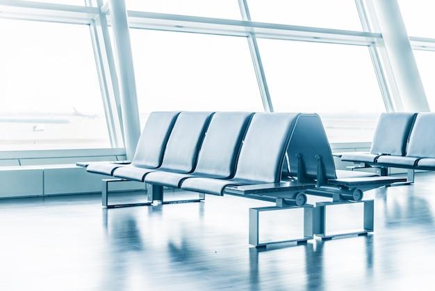 Аэропорт с сиденьями и большими окнами