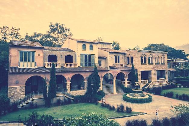 正面の庭と大きな家