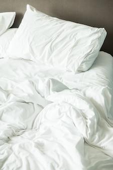 しわくちゃのベッド