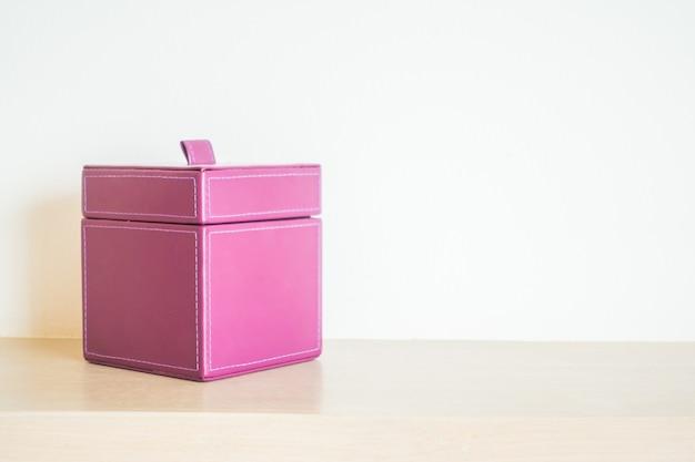 ピンクのレザーボックス