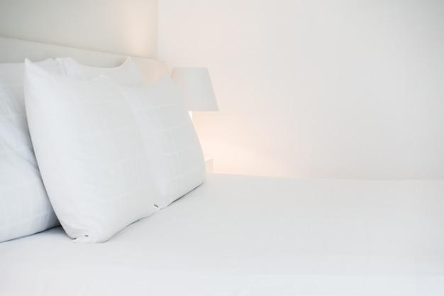 ベッドの上で枕