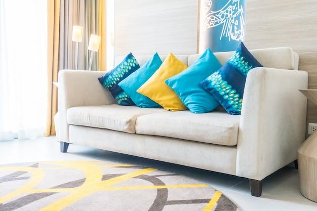 Синие подушки и одна желтая подушка