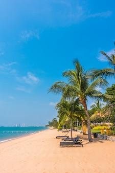 Красивый пляж и море с пальмой
