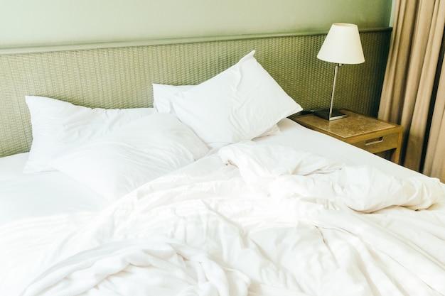 ベッドの上で白い枕