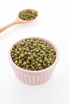 白い背景で隔離グリーン緑豆