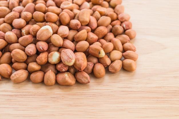 木製の背景にピーナッツ