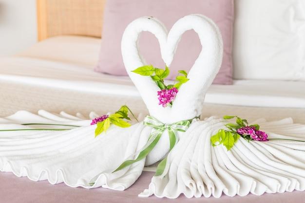 美しいベッドの寝室の白鳥の白鳥