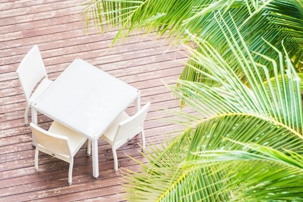 Стулья и белый стол