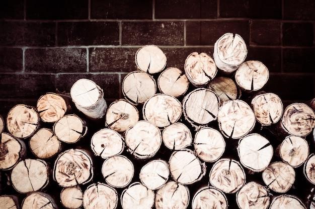 農村部の木材ウッドパイル樹皮自然