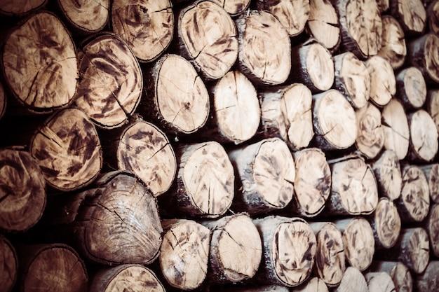 ログは、森林積み重ね樹皮をウッドパイル