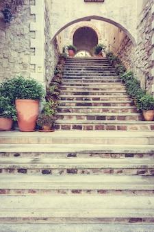 ヨーロッパ古代トスカーナの家の階段