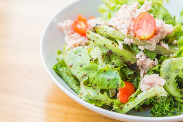 クローズアップ缶詰食品の夕食のサラダ
