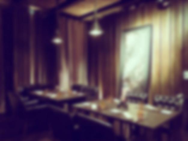 木製のテーブルとエレガントなレストラン