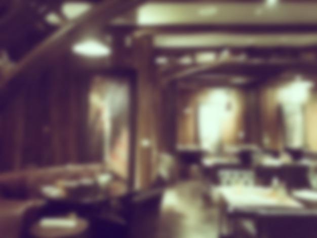 木製の詳細と広々としたレストラン