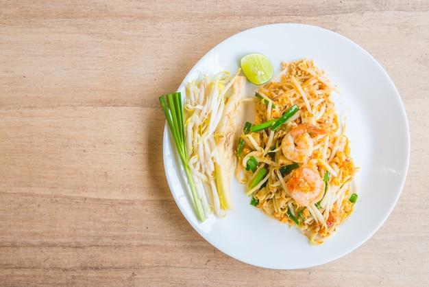 麺は緑の中国人を炒めるかき混ぜます