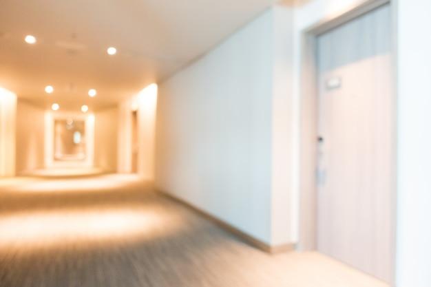 扉付きの広々とした廊下