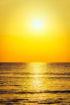 背景波海の地平線の休暇
