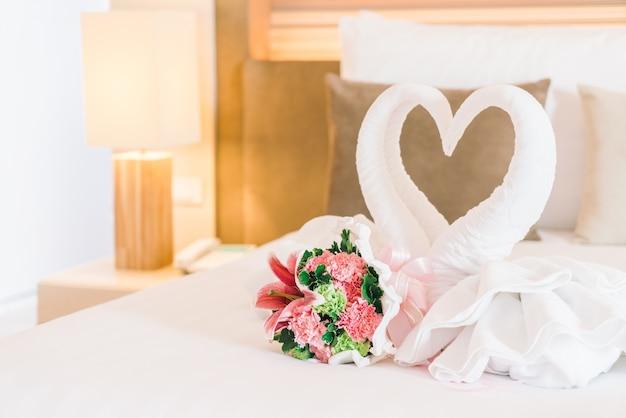 結婚式のベッド美しいランプ結婚