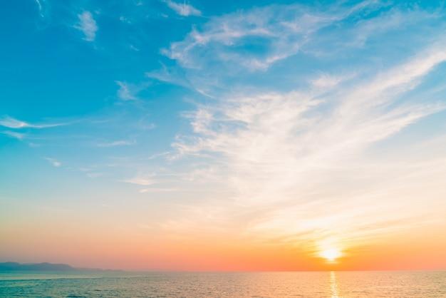 風景の空夕暮れの美しさのビーチ