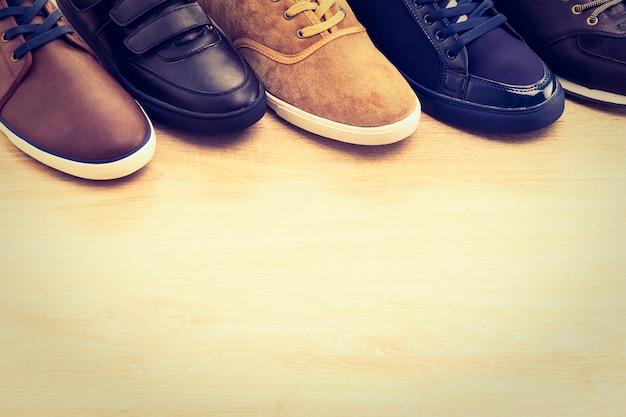 Блестящая мужская обувь старинных кожаной