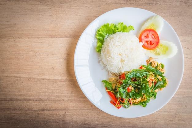 Острый лист жареного базилика с курицей и рисом