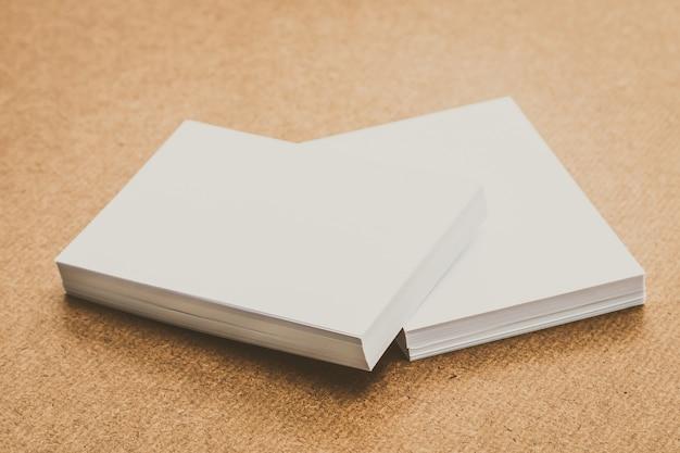 白い紙がモックアップ