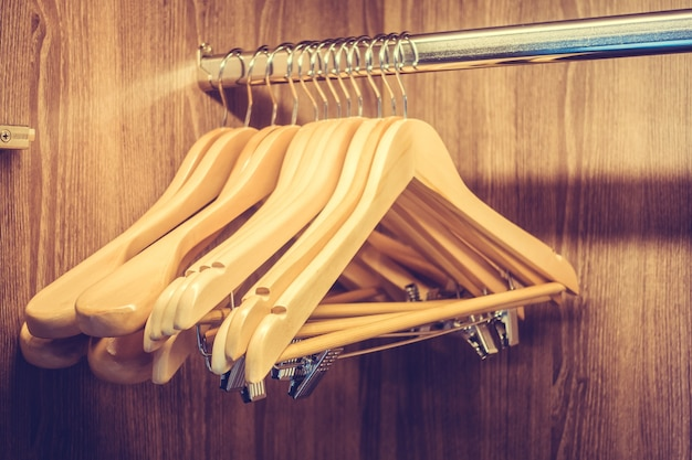 Вешалки для одежды в деревянном шкафу