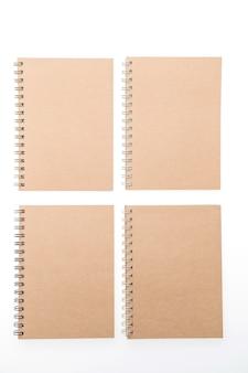 正方形に配置されたメモ帳