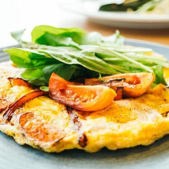 白いプレートの揚げ卵オムレツ