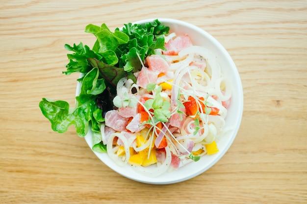 Сырой и свежий тунец с овощным салатом