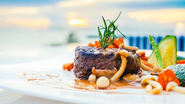 Жареное мясо говяжьего вырезки с овощами