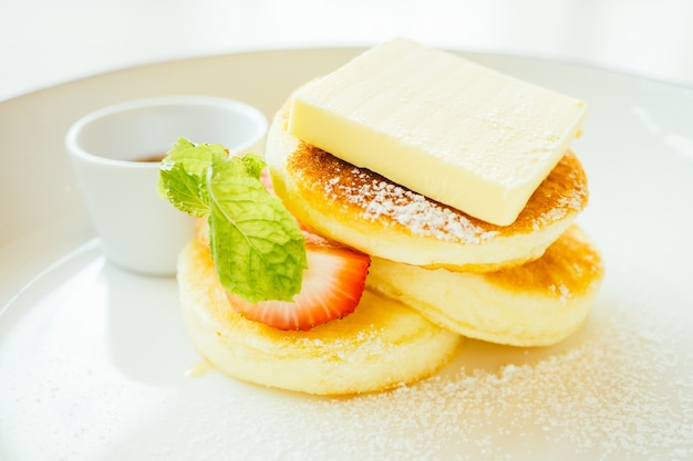 Сладкий десертный блин с маслом и клубникой