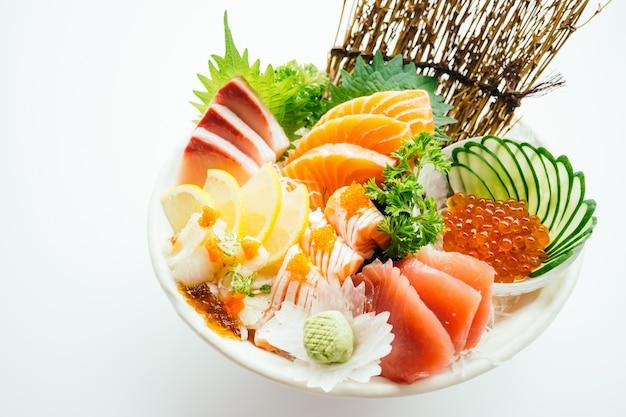 Сырые и свежие смешанные сашими с лососем, тунцом, хамаджи и другими