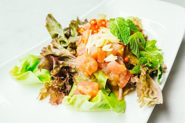 Сырой салат из тунца с острым соусом