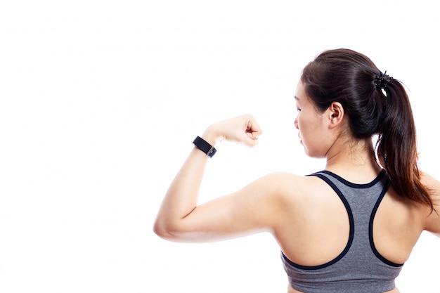 スポーツウェアを身に着けている女性のスリムな体が閉じます。